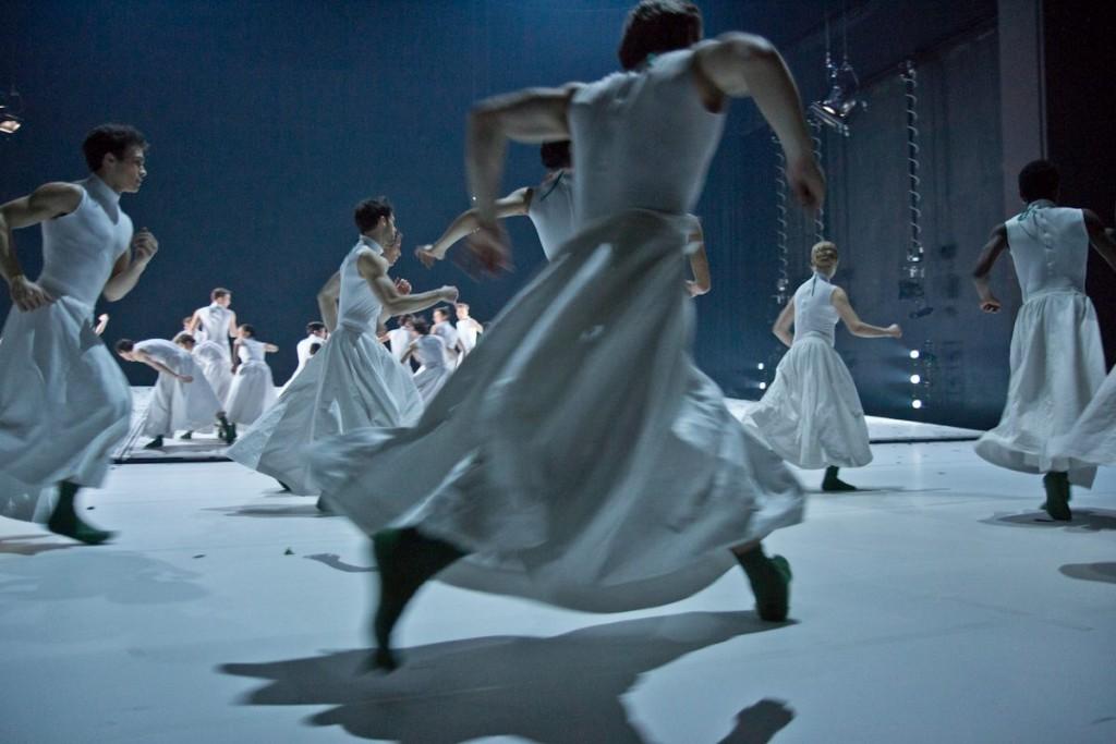 """3. Ensemble, """"COW"""" by A.Ekman, Semperoper Ballet © T.M.Rives"""