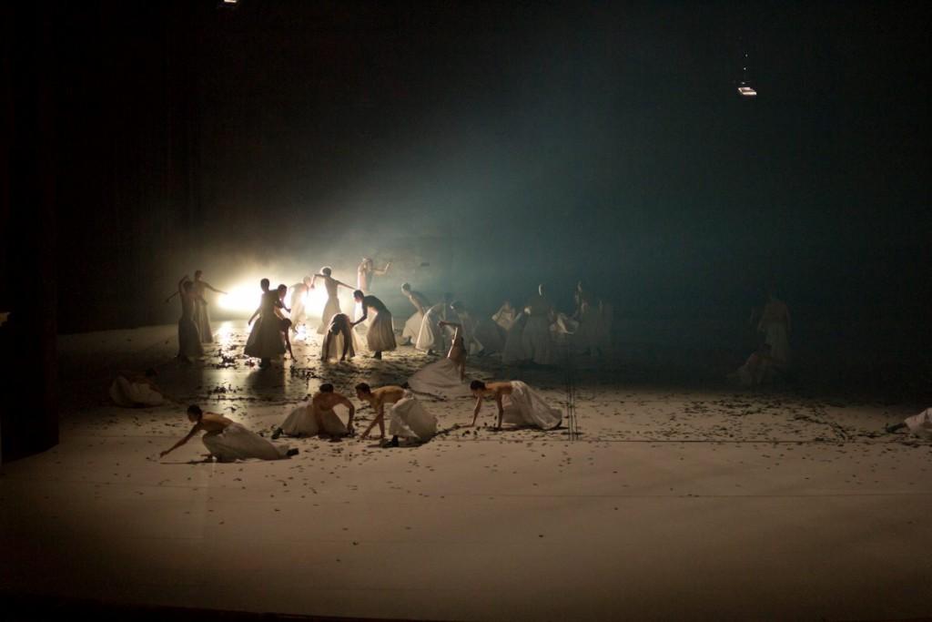 """6. Ensemble, """"COW"""" by A.Ekman, Semperoper Ballet © T.M.Rives"""