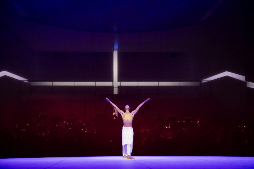 "1. C.Evans, ""Turangalȋla"" by J.Neumeier, Hamburg Ballet © K.West 2016"