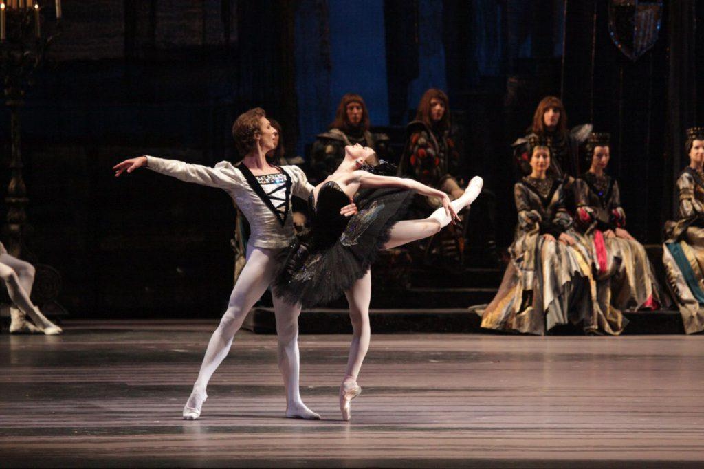 "5. S.Chudin, O.Smirnova and ensemble, ""Swan Lake"" by Y.Grigorovich, Bolshoi Ballet © D.Yusupov/Bolshoi Theatre"
