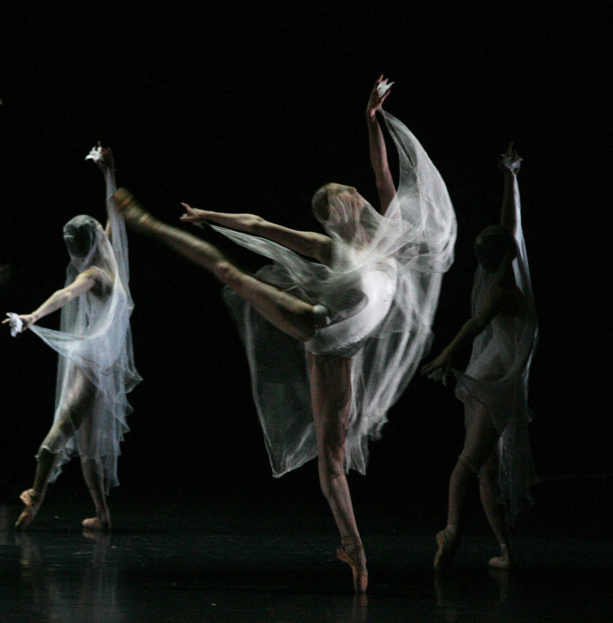 10. E.Vostrotina and ensemble, Giselle by David Dawson, Semperoper Ballet