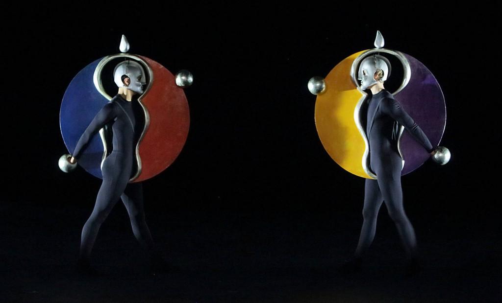 13. The Triadic Ballet by Gerhard Bohner, Discs, Alexander Bennett, Nicholas Losada, copyright W.Hösl