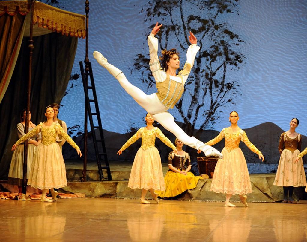 24. Friedemann Vogel and ensemble, Swan Lake by J.Cranko, Stuttgart Ballet, photo Stuttgart Ballet