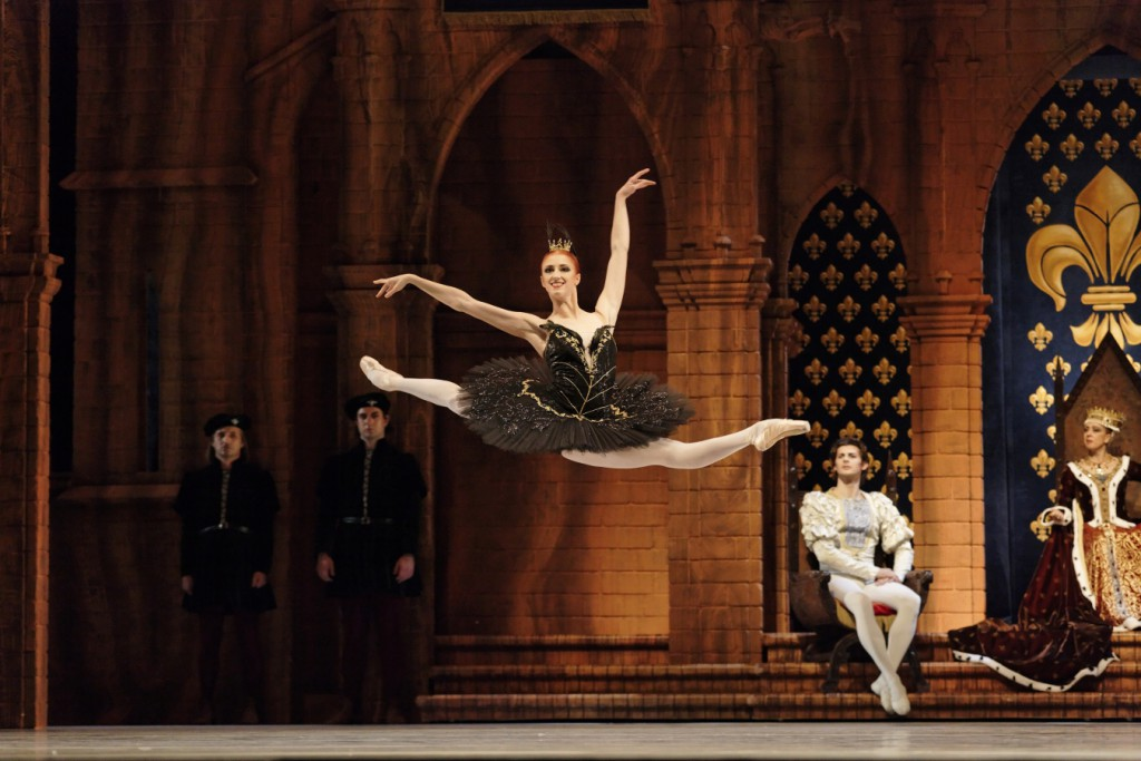 "24. E.Vostrotina and ensemble, ""Swan Lake"" by A.S.Watkin, Semperoper Ballet © C.Radu 2015"