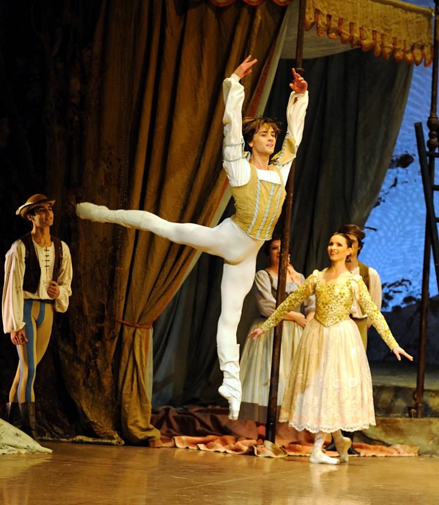 25. Friedemann Vogel and ensemble, Swan Lake by J.Cranko, Stuttgart Ballet, photo Stuttgart Ballet