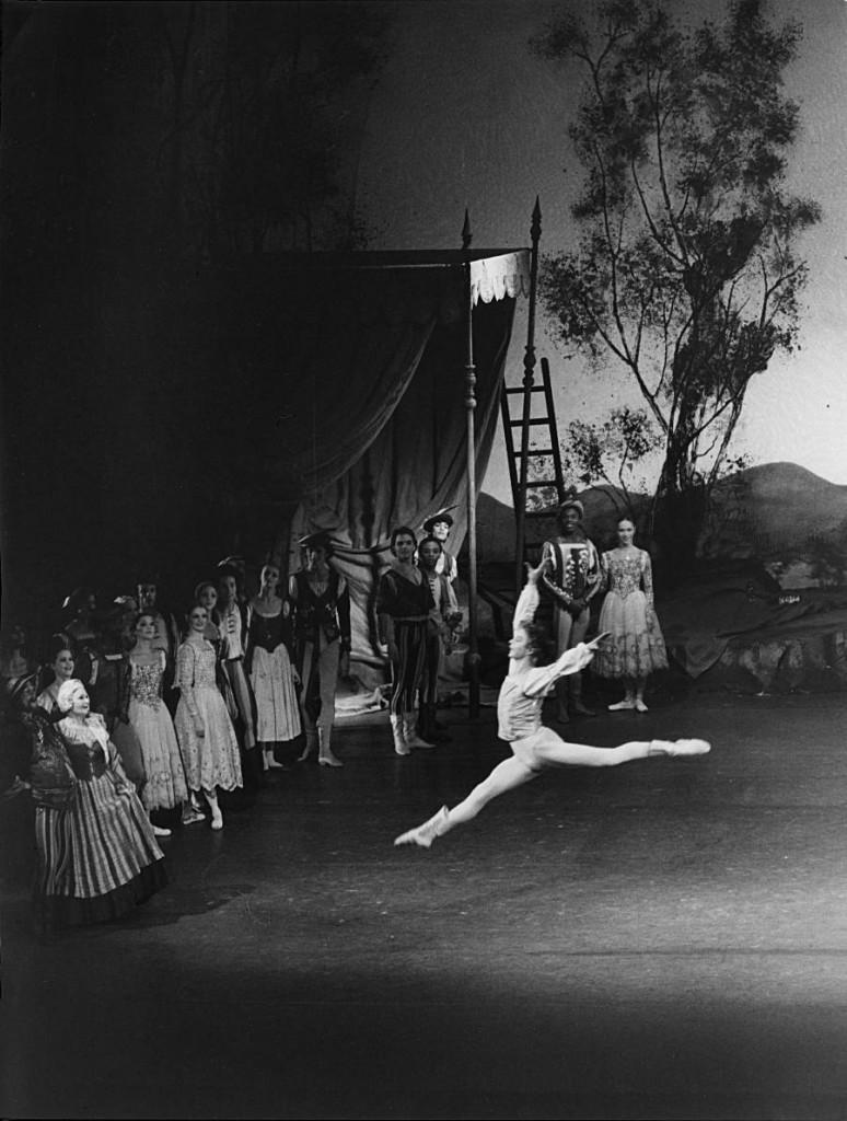 4. Egon Madsen, Hella Heim and ensemble, Swan Lake by J.Cranko, ca. 1971/72, Stuttgart Ballet, copyright Hannes Kilian