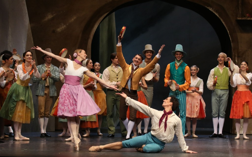 """5. S.Azzoni, A.Riabko, K.Tselikov and ensemble, """"Napoli"""" by A.Bournonville and with new choreography by L.Riggins, Hamburg Ballet © H.Badekow 2014"""