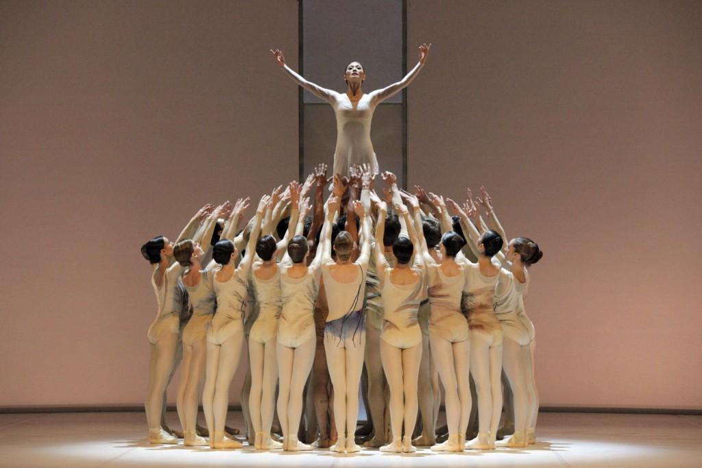 """2. S.J.Kang and ensemble, """"Requiem"""" by K.MacMillan, Stuttgart Ballet, © U.Beuttenmüller 2015"""