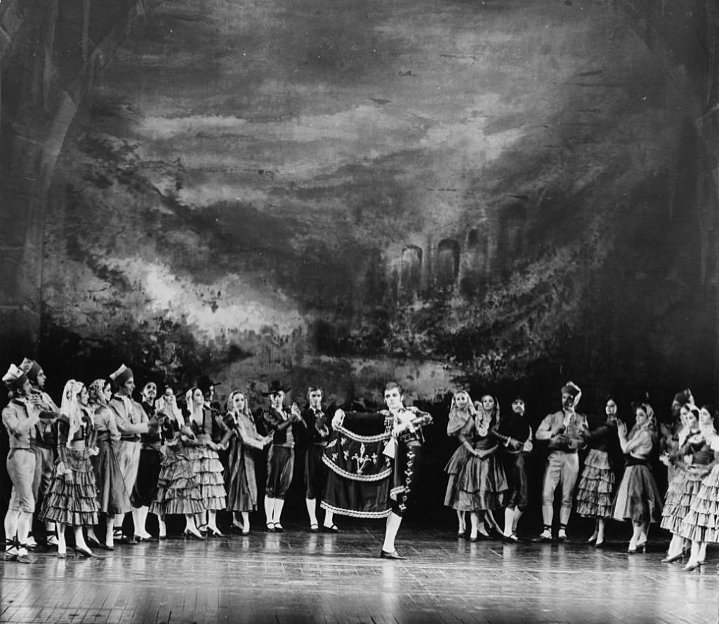 7. Reid Anderson and ensemble, Carmen (Finale) by J.Cranko, 1971, Stuttgart Ballet copyright Hannes Kiian