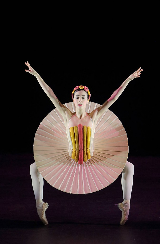 8. The Triadic Ballet by Gerhard Bohner, Disc Skirt, Marta Navarrete Villalba, copyright W.Hösl