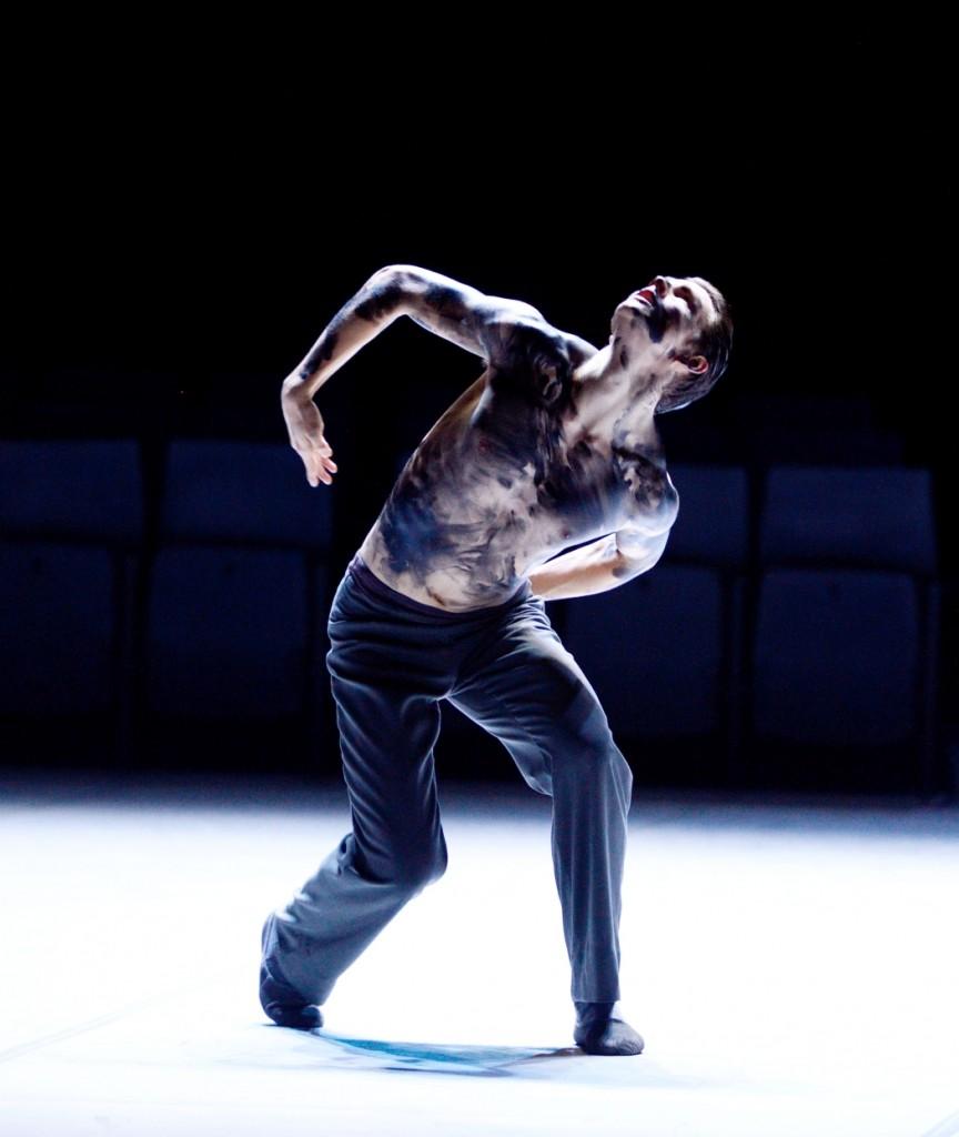 """11. D.Moore, """"On Velvet"""" by M.Goecke, Stuttgart Ballet © Stuttgart Ballet 2015"""