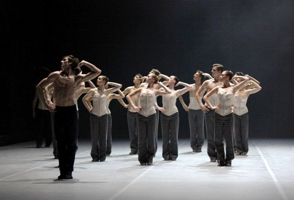 "12. F.Vogel and ensemble, ""Orlando"" by M.Goecke, Stuttgart Ballet © U.Beuttenmüller 2015"