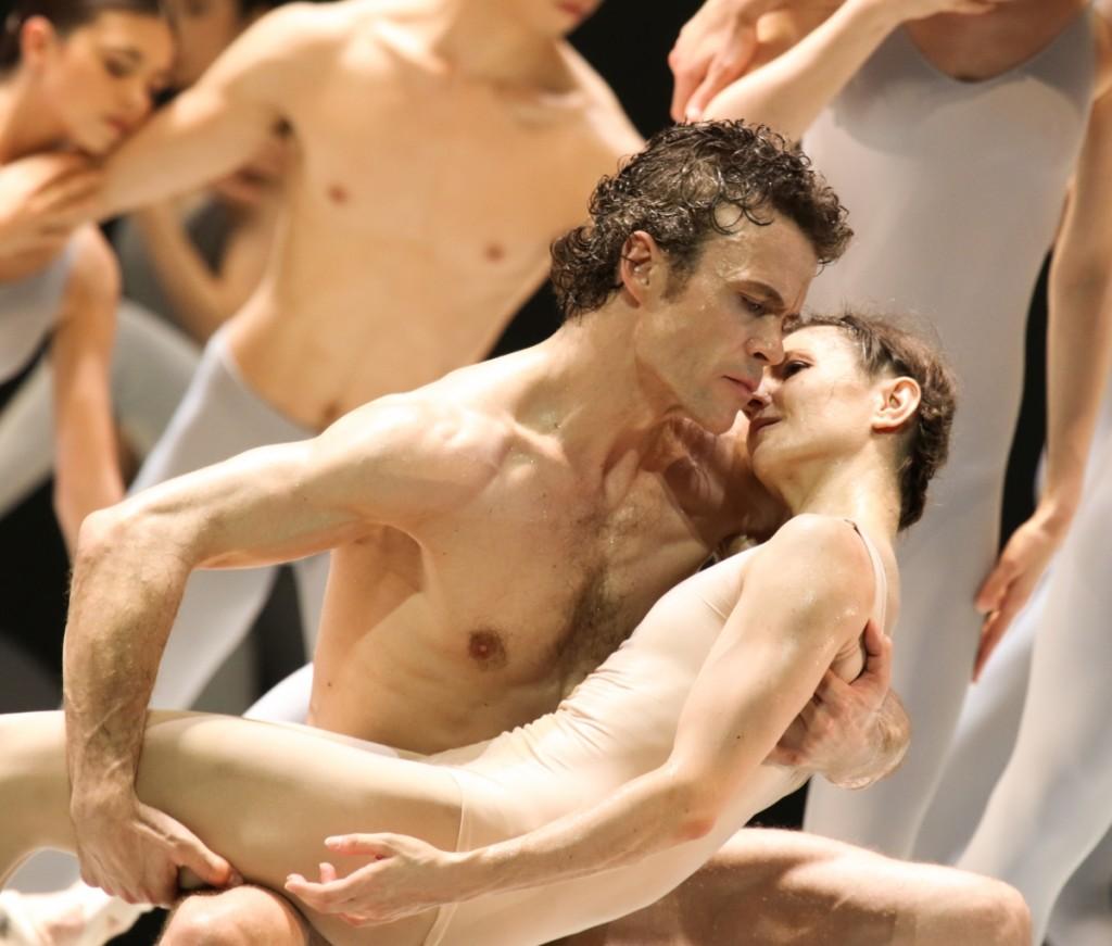 "10. C.Jung, A.Cojocaru and ensemble, ""Peer Gynt"" by J.Neumeier, Hamburg Ballet © H.Badekow 2015"