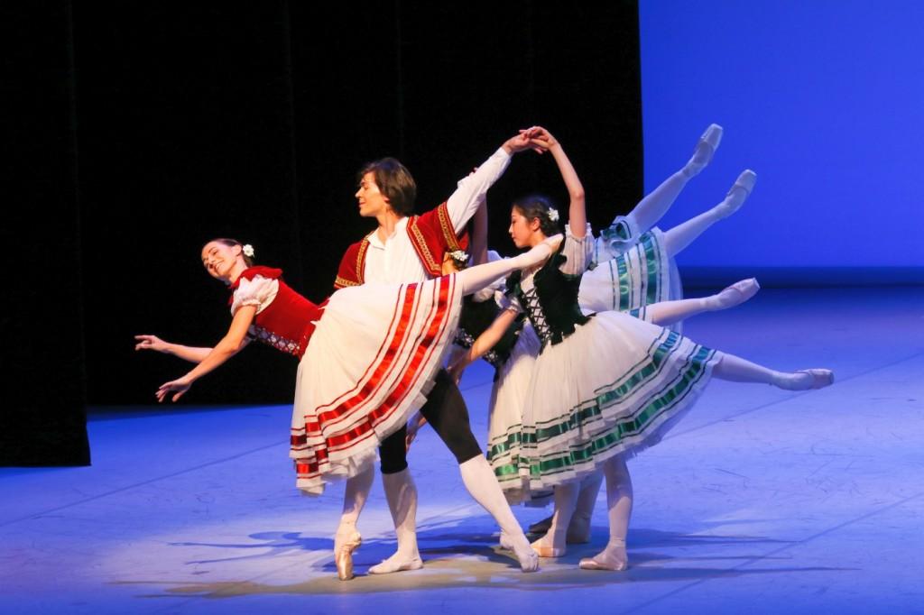"""2. L.Heylmann, A.Trusch, M.Arii, F.Izhizaki, A.Lissitzky and L.Rios, """"La Vivandière"""" by P.Lacotte after A.Saint-Léon, Hamburg Ballet © H.Badekow 2015"""