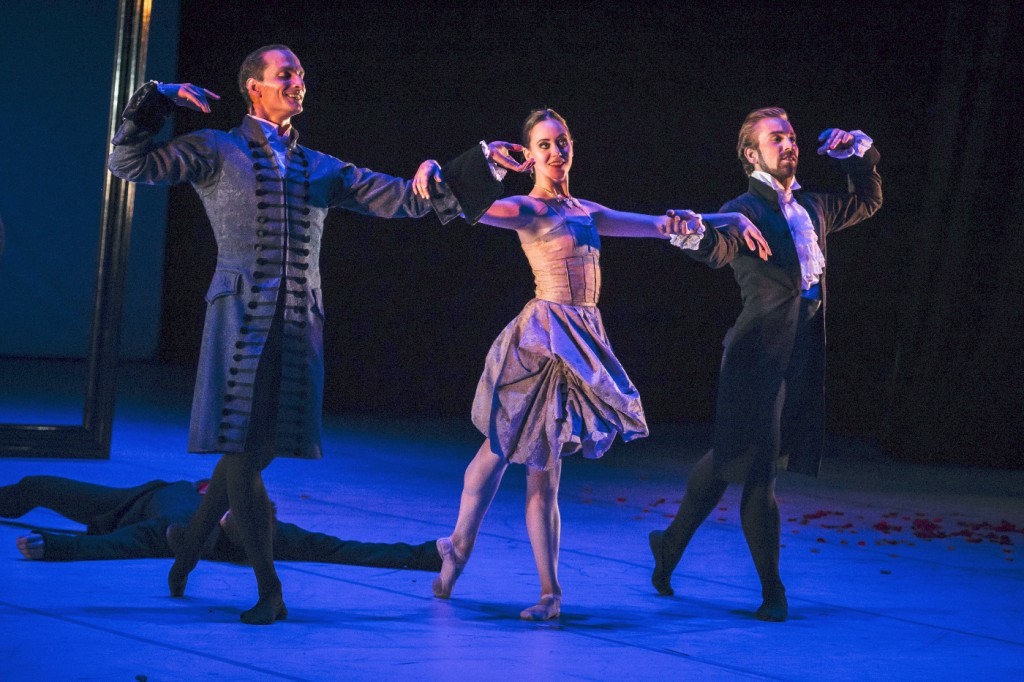 "3. J.Bubeníček, S.Vinograd and J.Vallejo, ""L'Heure Bleue"" by J.Bubeníček, Les Ballets Bubeníček 2015 © S.Ballone"