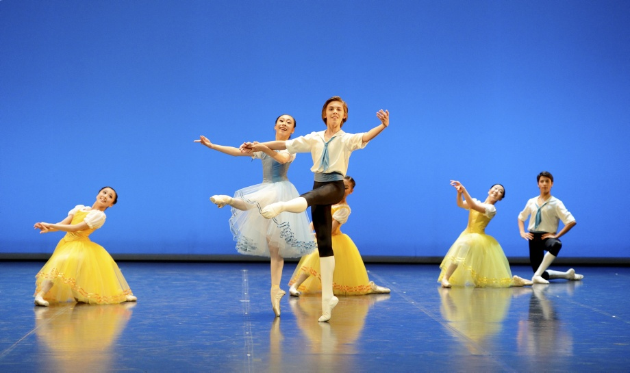 "1. A.Oki, G.Figueredo and students of the classes 3, 4 and 5, ""The Naiad and the Fisherman"" by J.Perrot, John Cranko School 2015 © Stuttgart Ballet"