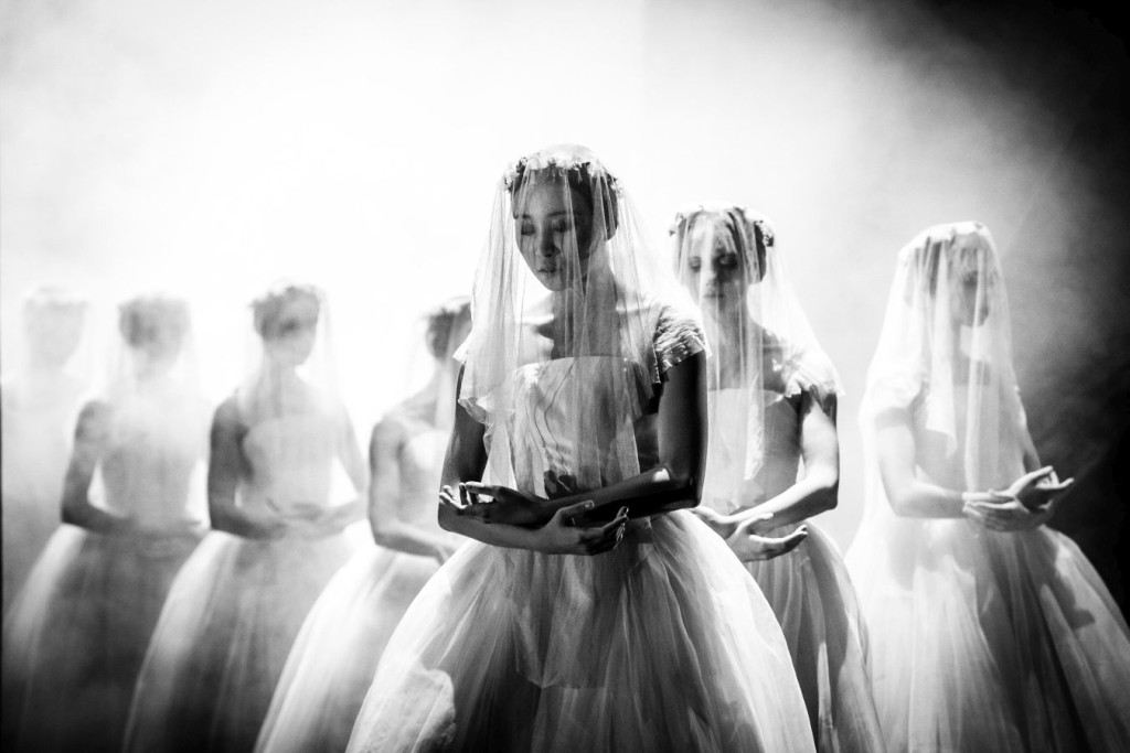 15. Y.-S.Park and ensemble, Giselle by J.Neumeier, Hamburg Ballet © S.Ballone
