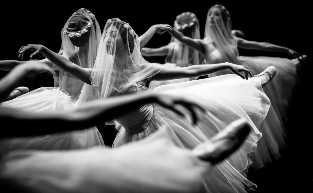 10. F.Ishizaki and ensemble, Giselle by J.Neumeier, Hamburg Ballet © S.Ballone