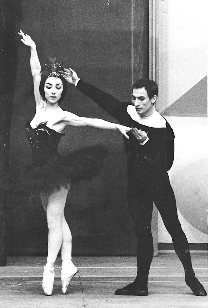"4. G.Tsinguirides and H.Delavalle, ""Swan Lake"" by N.Beriozoff, Ballet of the Wuerttemberg State Theater © B.Straubel"