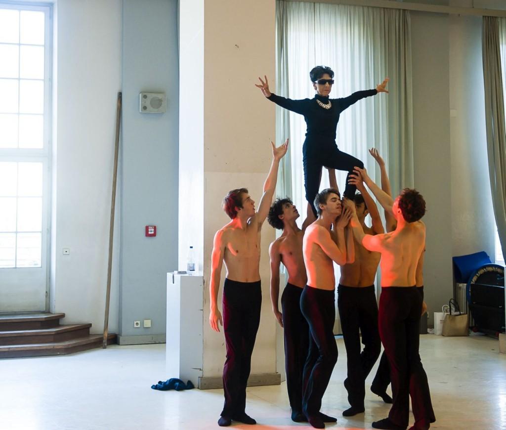7. G.Tsinguirides and dancers of the Stuttgart Ballet, Stuttgart Ballet © R.Novitzky 2015