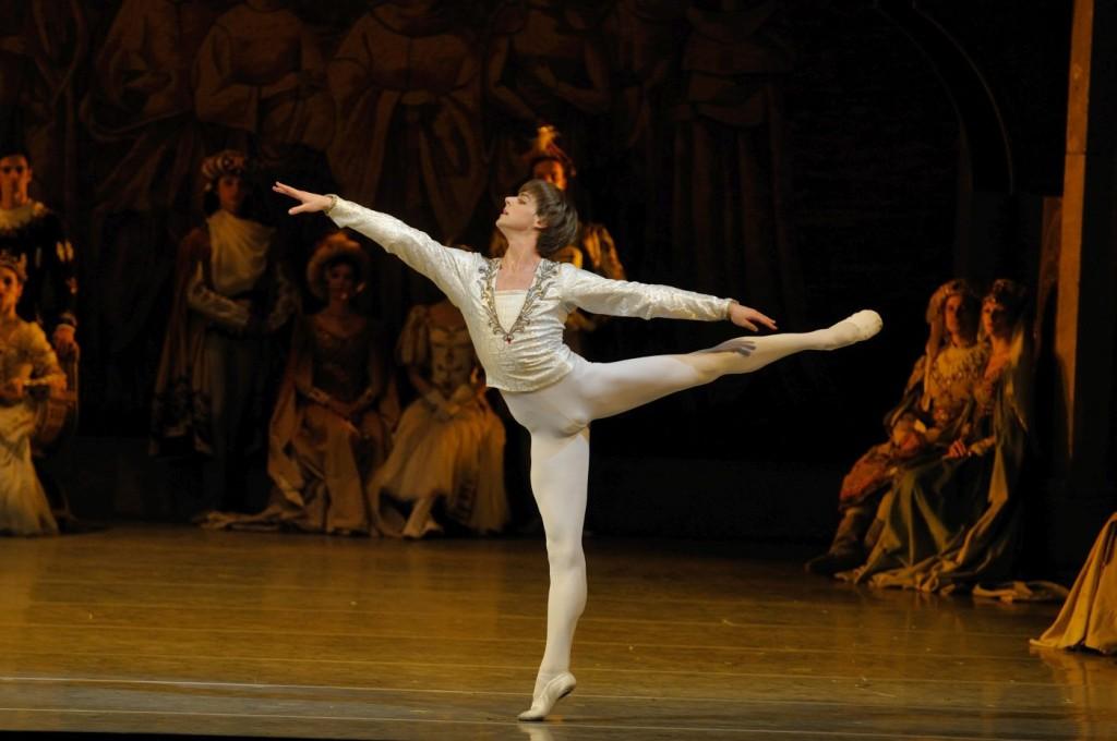 """4. V. Shklyarov and ensemble, """"Swan Lake"""" by K.Sergeyev after M.Petipa and L.Ivanov, Maryinsky Ballet © V.Baranovsky"""
