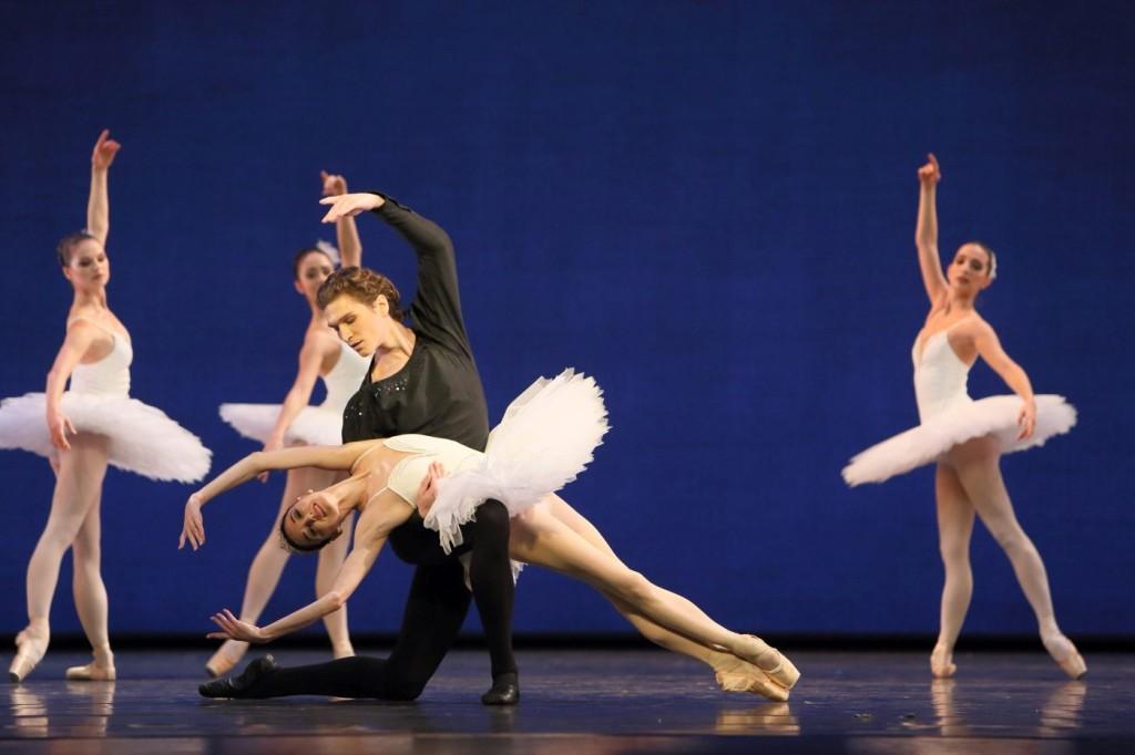 "2. L.Lacarra, M.Dino and ensemble, ""Symphony in C"" by G.Balanchine, Bavarian State Ballet © W.Hösl"