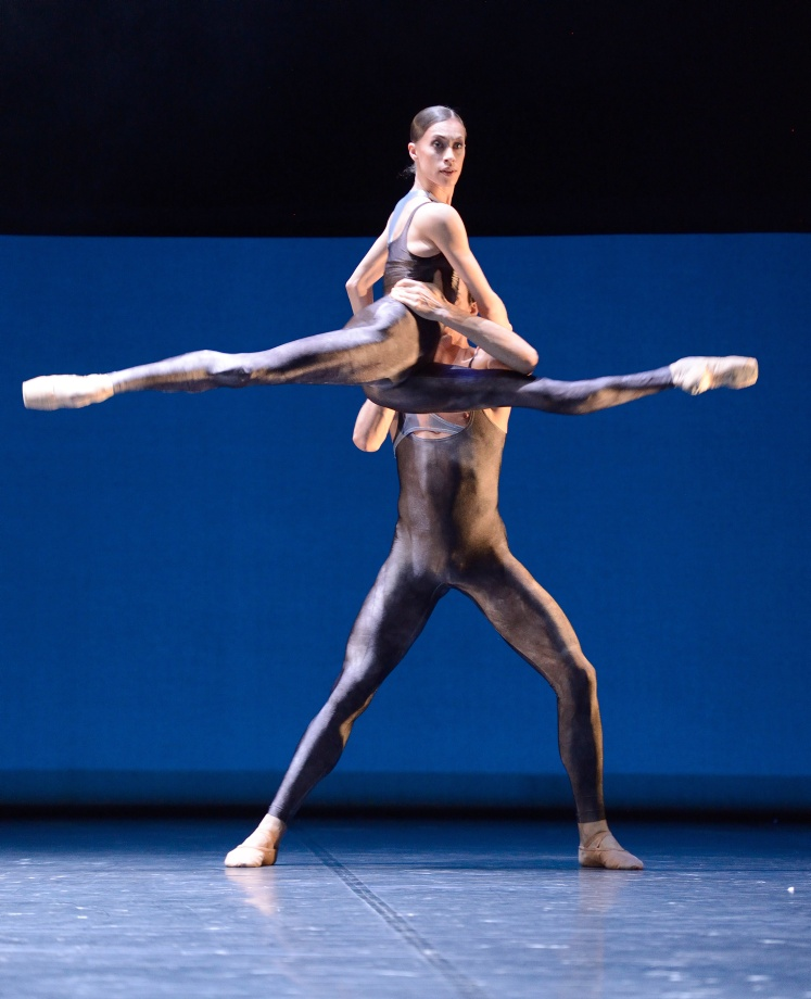 "8. A.Osadcenko and M.F.Paixa, ""Neurons"" by K.Kozielska, Stuttgart Ballet 2016"