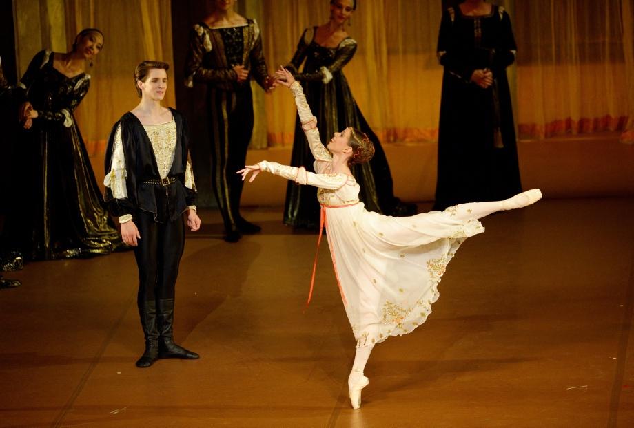 "2. D.Moore, E.Badenes and ensemble, ""Romeo and Juliet"" by J.Cranko © Stuttgart Ballet"