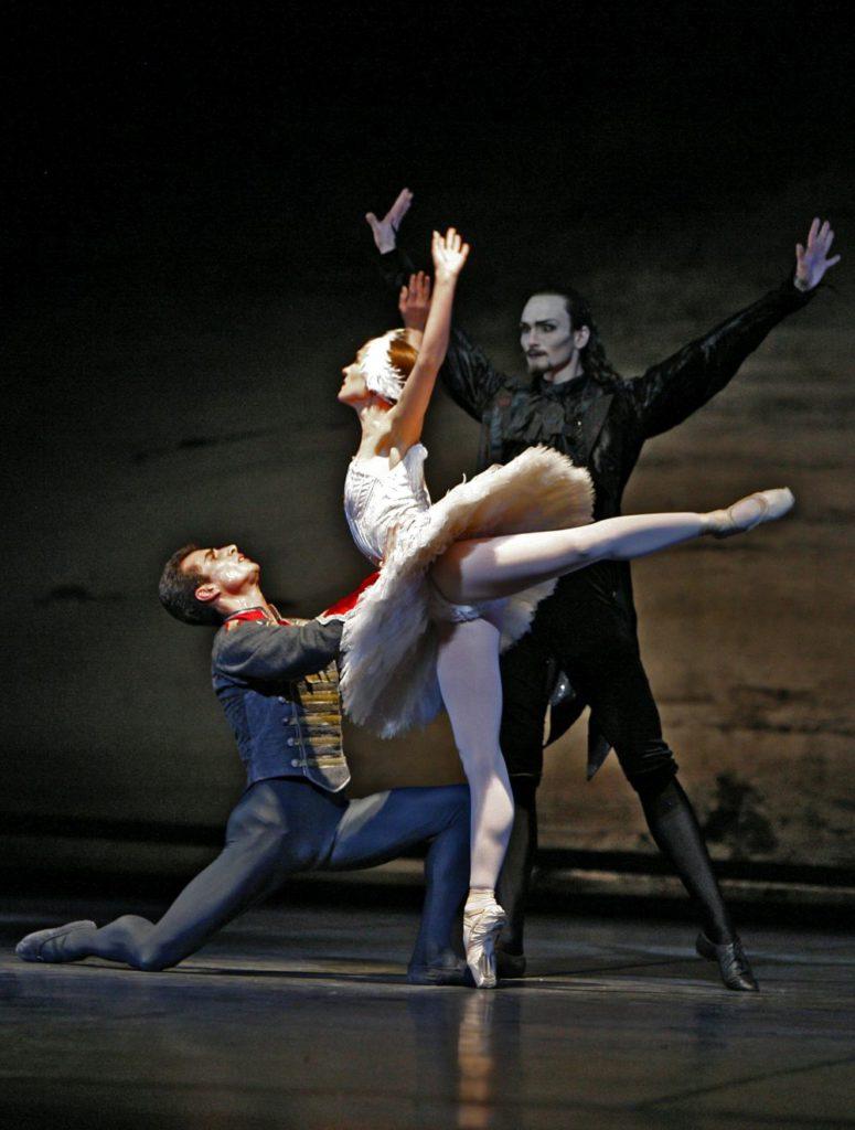"3. T.Mikayelyan, N.Kalinitchenko and M.Dino, ""Swan Lake"" by R.Barra, Bavarian State Ballet © T.Kirchgraber"