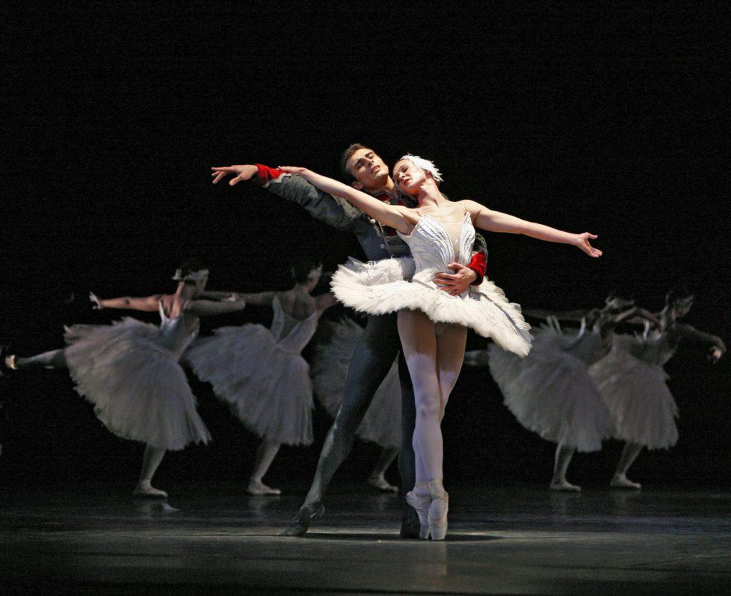 "4. T.Mikayelyan, N.Kalinitchenko and ensemble, ""Swan Lake"" by R.Barra, Bavarian State Ballet © T.Kirchgraber"
