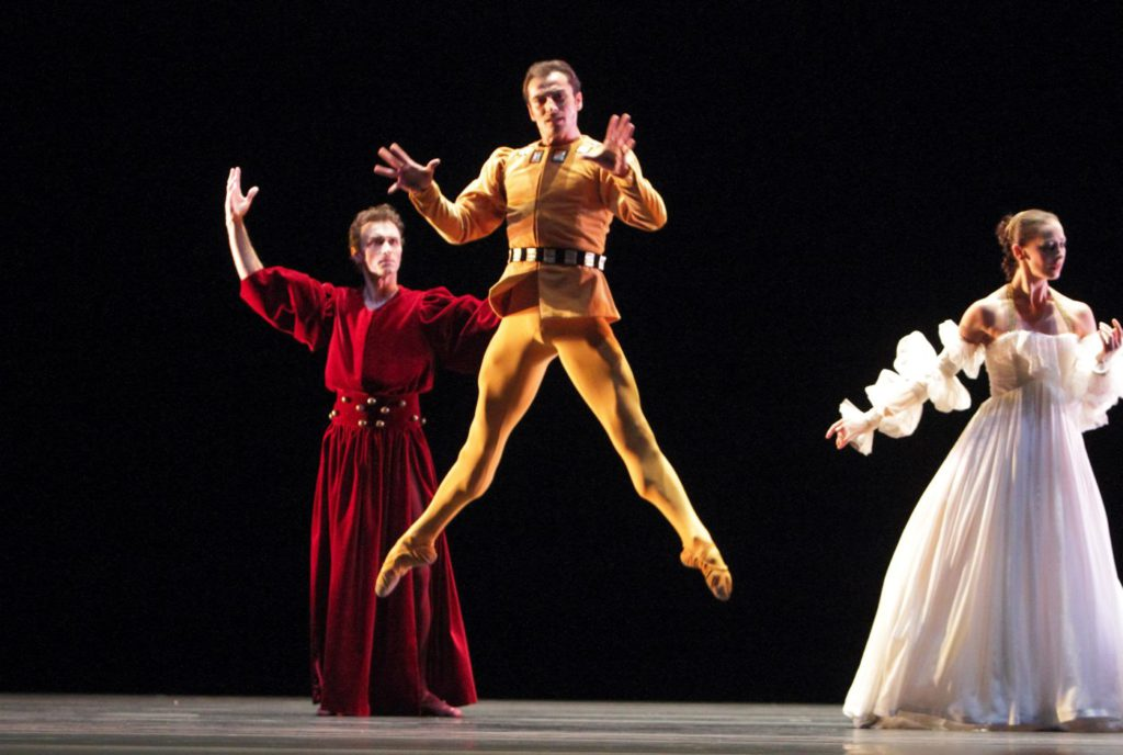 "2. C.Pierre, T.Mikayelyan and S.Ferrolier, ""The Moor's Pavane"" by J.Limón, Bavarian State Ballet © W.Hösl"