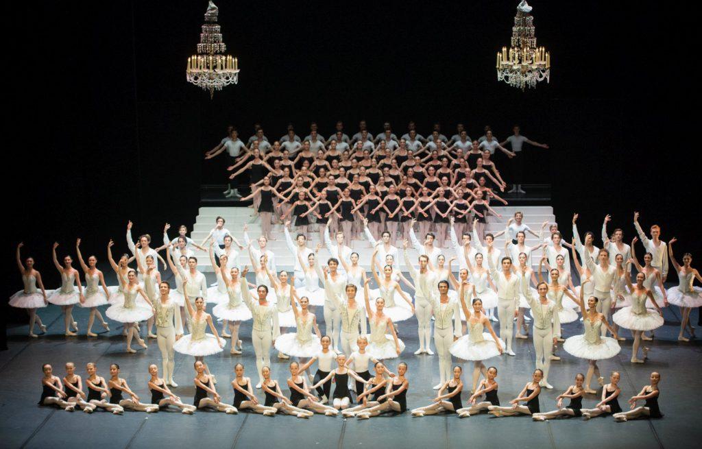"2. Ensemble and students of the John Cranko School, ""Stuttgart Ballet Gala"" © Stuttgart Ballet 2016"