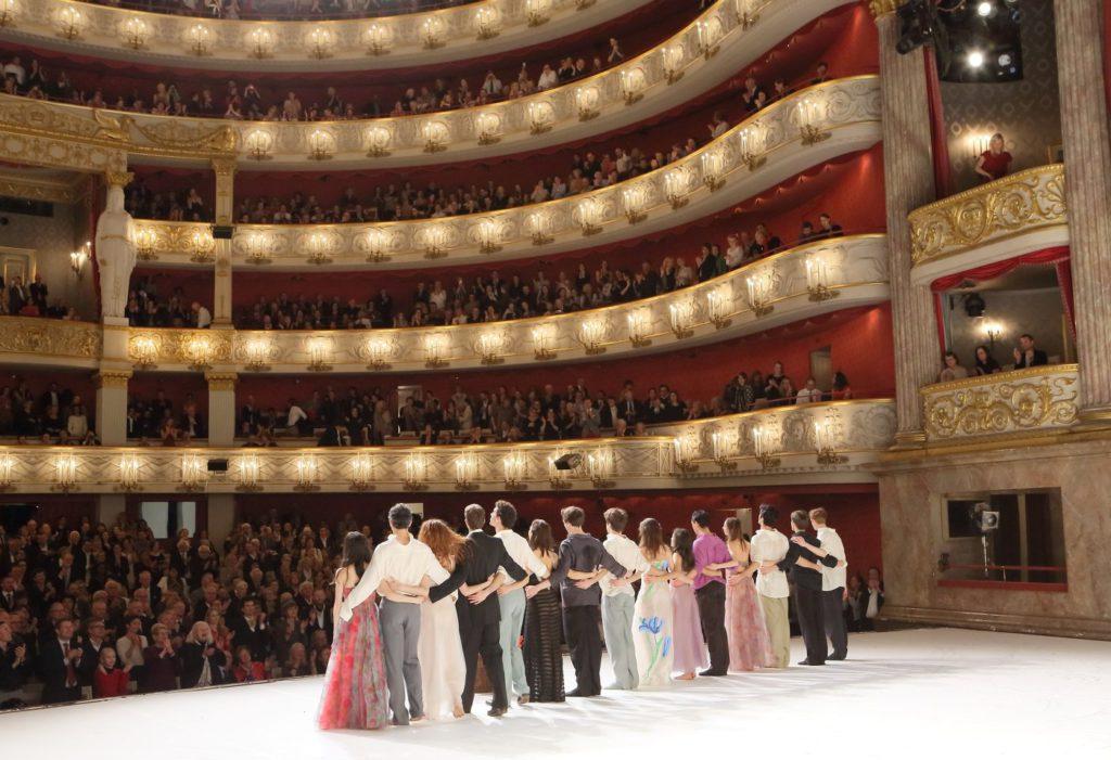 "7. M.Navarrete Villalba, M.Urban, A.Tuzil, M.Dilaghi, R.Strona, S.Ferrolier, L.Engel, S.Throop, Z.Zahradníková, J.de Andrade, N.Losada, D.Sukhorukova, N.Strada, G.Romano and J.Cook, ""Für die Kinder..."" by P.Bausch, Bavarian State Ballet © W.Hösl 2016"