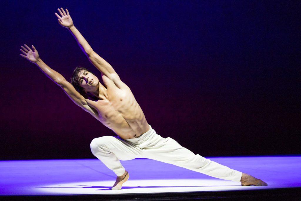 "12. C.Evans, ""Turangalȋla"" by J.Neumeier, Hamburg Ballet © K.West 2016"