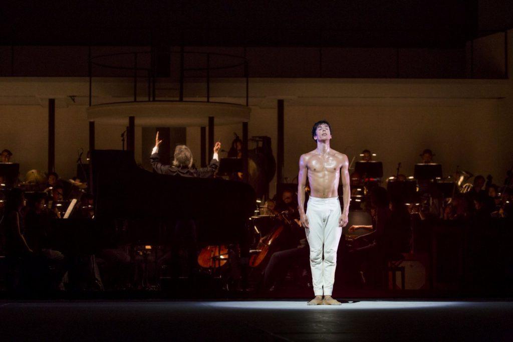"3. C.Evans, ""Turangalȋla"" by J.Neumeier, Hamburg Ballet © K.West 2016"