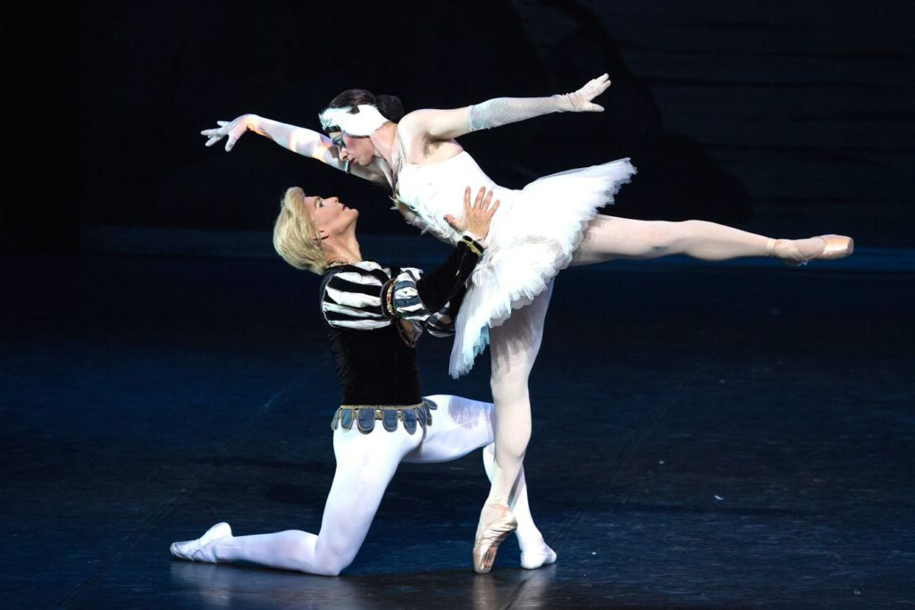"3. Ensemble, ""Swan Lake"" after L.Ivanov, Les Ballets Trockadero de Monte Carlo © M.Orcelli"