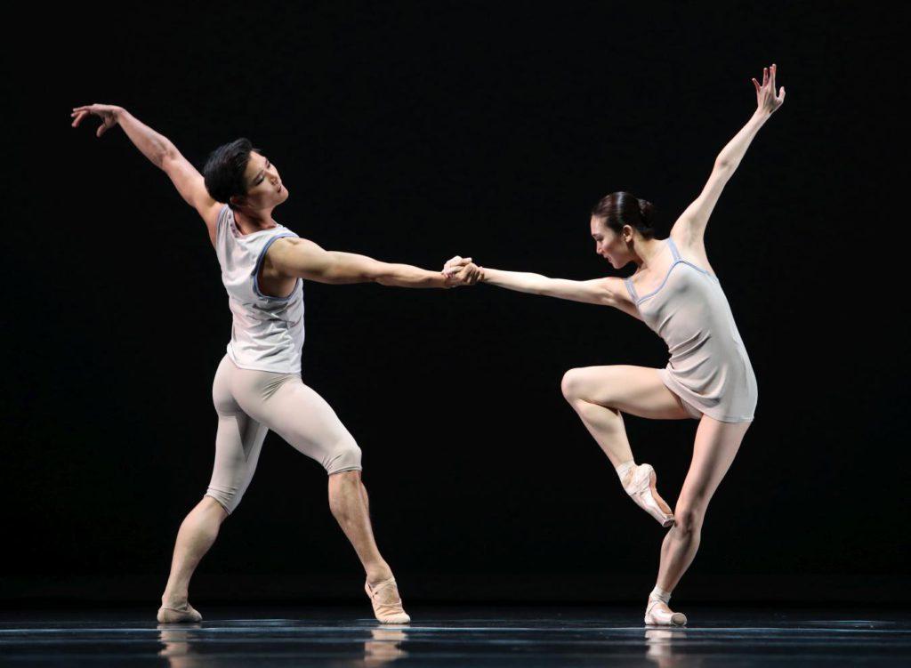 "4. Y.Gyo Choi and Q.Liu, ""Episodes van Fragmenten"" by T.van Schayk, Dutch National Ballet © H.Gerritsen 2016"
