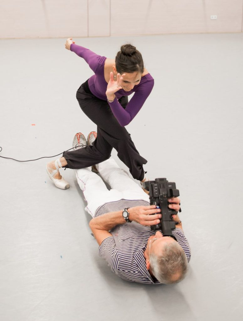"19. I.de Jongh and H.van Dijk, rehearsal of ""Live"" in 2015, chor.: H.van Manen, Dutch National Ballet © A.Kaftira"