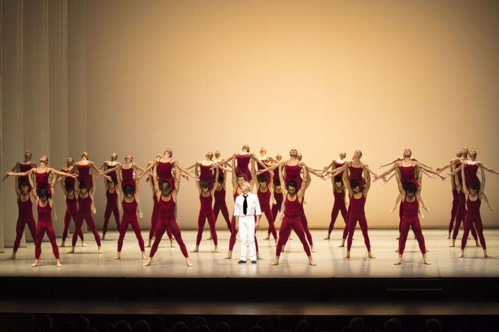 """6. J.Neumeier and ensemble, """"Third Symphony of Gustav Mahler"""" by J.Neumeier, Hamburg Ballet © K.West 2016"""