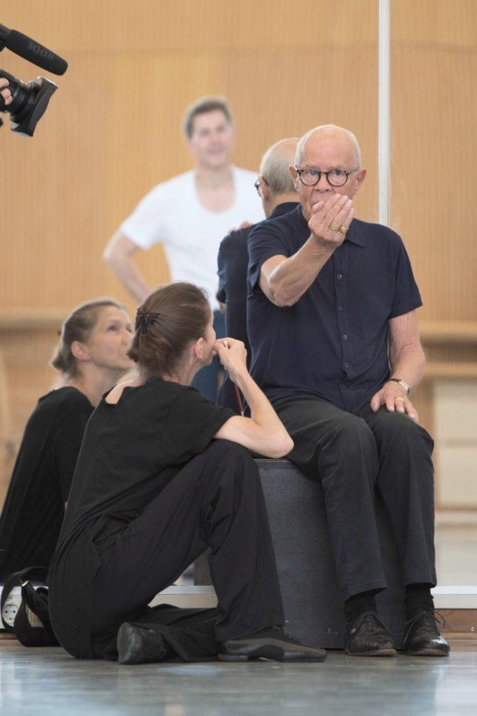 """32. H.van Manen rehearsing """"Alltag"""" with M.Schläpfer, Ballett am Rhein © G.Weigelt"""