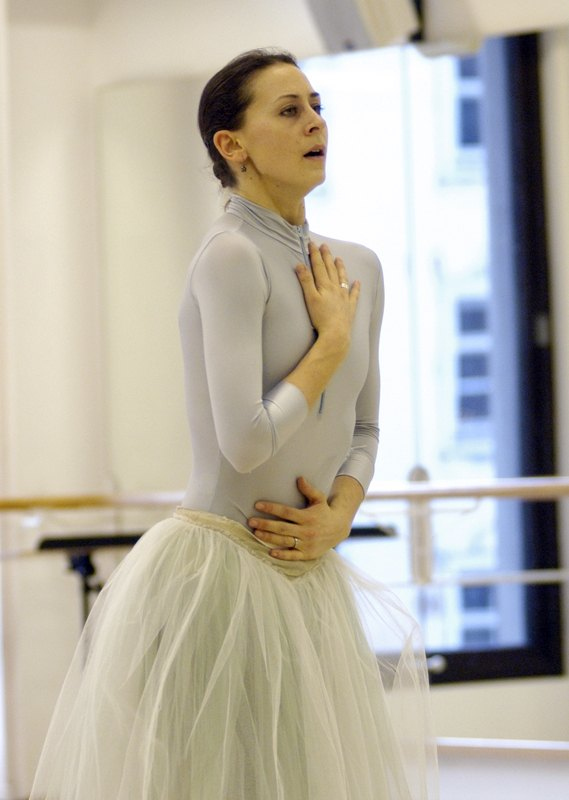 "4. S.Ferrolier rehearsing ""Lady of the Camellias"", chor.: J.Neumeier, Bavarian State Ballet © C.Tandy"