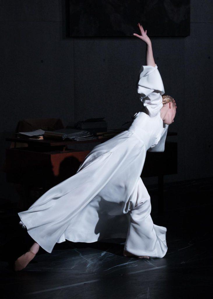 "4. A.Gibson, ""Oracle"" by J.Hernandez, Semperoper Ballet © I.Whalen 2016"