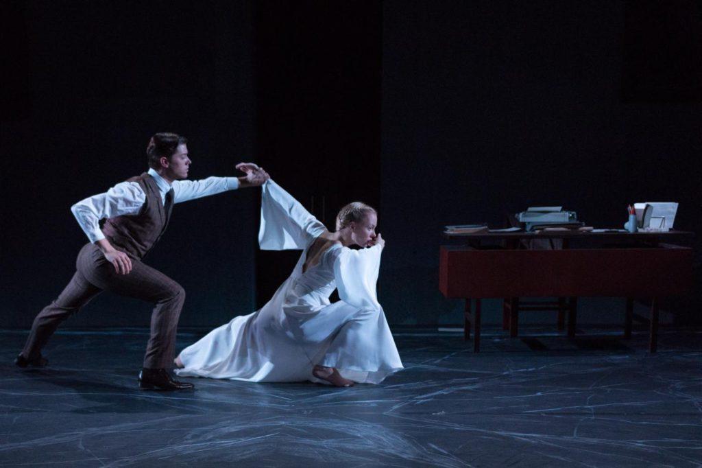 "5. J.Schmidt and A.Gibson, ""Oracle"" by J.Hernandez, Semperoper Ballet © I.Whalen 2016"