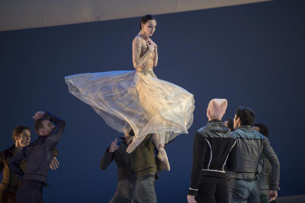 "6. O.Smirnova, S.Bourgond and ensemble, ""La Belle"" by J.-C.Maillot, Les Ballets de Monte Carlo © A.Blangero 2017"