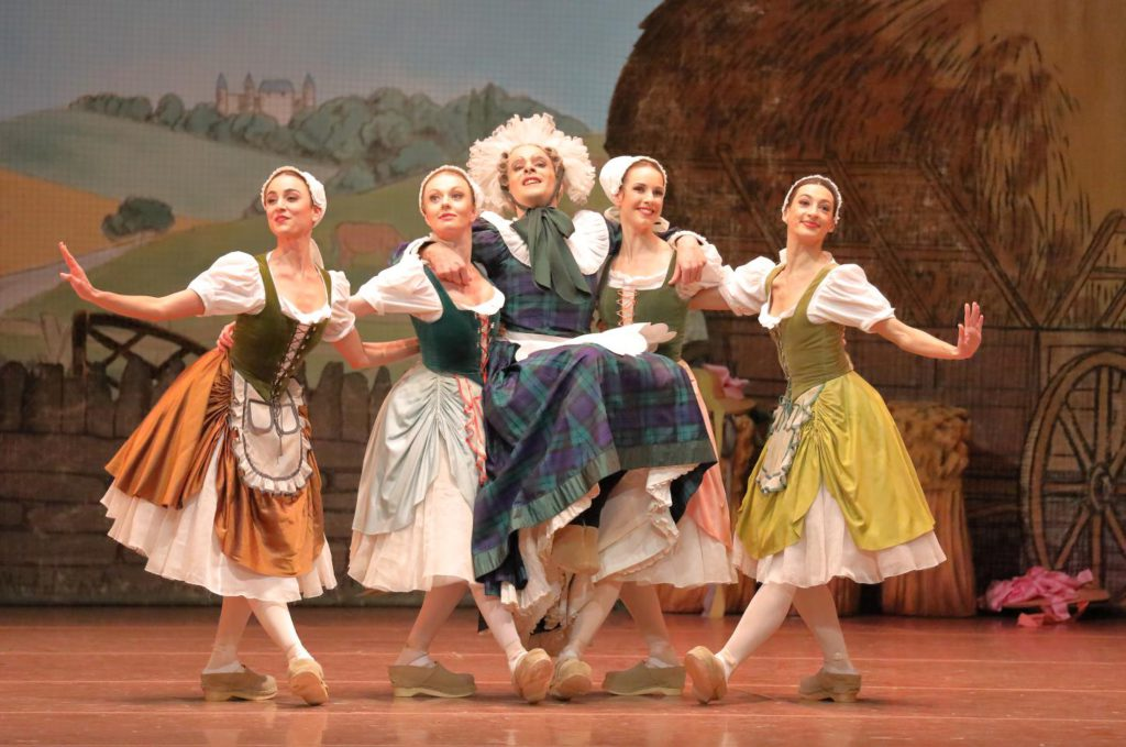 "1. V.Alberton and ensemble, ""La Fille mal gardée"" by F.Ashton, Bavarian State Ballet © W.Hösl 2017"