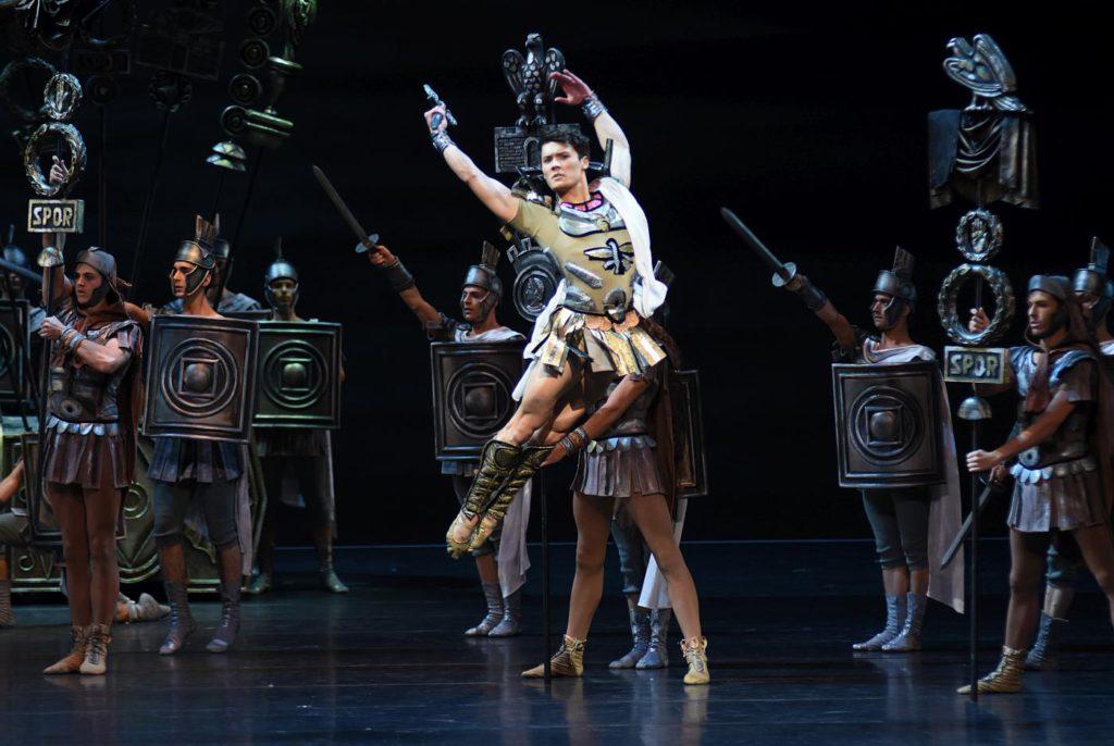 "2. E.Murzagaliyev and ensemble, ""Spartacus"" by Y.Grigorovich, Bavarian State Ballet © W.Hösl 2017"