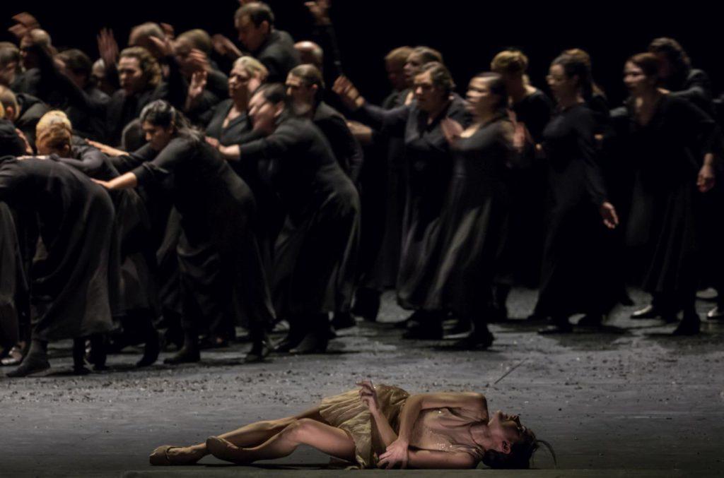 "5. G.Tonelli and choir, ""Messa da Requiem"" by C.Spuck, Ballet Zurich © G.Batardon 2017"
