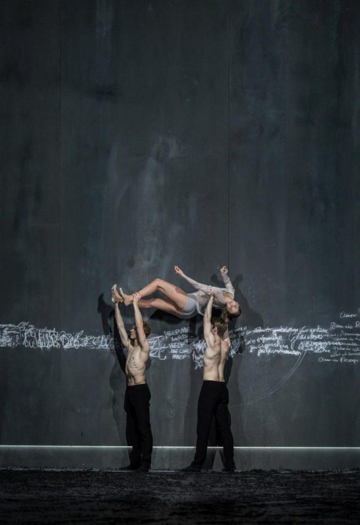 """3. F.Dell'Aria, T.Vanderbeek and J.Fraser, """"Messa da Requiem"""" by C.Spuck, Ballet Zurich © G.Batardon 2017"""