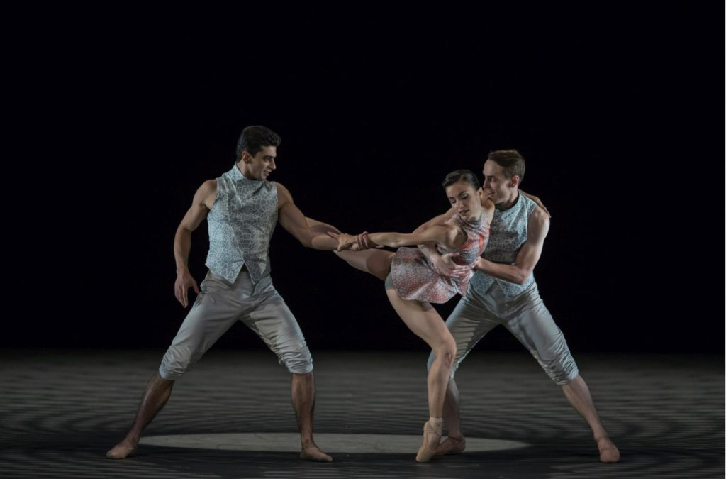 "3. T.Mkrtchyan, G.Tonelli and D.Mulligan, ""disTANZ"" by F.Portugal, Ballet Zurich 2017 © G.Batardon"