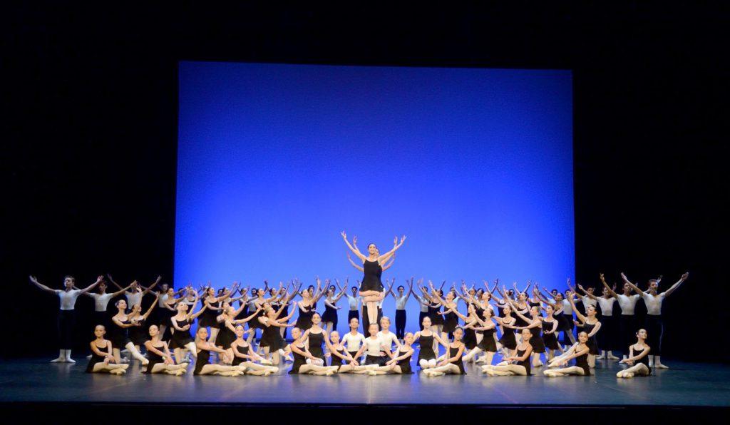 "7. Students of the John Cranko School, ""Excerpts from Études"" by B.and T.Matacz, John Cranko School © Stuttgart Ballet"